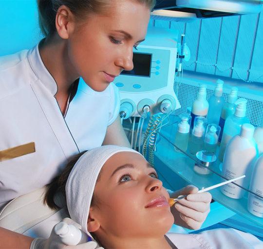 Косметология: чем отличается косметичка от косметолога?